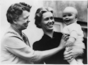 Eleanor_Roosevelt,_Anna_Roosevelt,_and_John_Boettiger,_Jr_-_NARA_-_195584