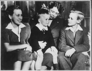 Anna Roosevelt, Eleanor Roosevelt, John Boettiger, Jr., and Curtis Roosevelt.